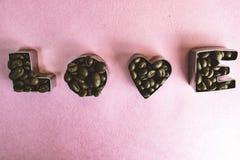 De textuur met de woordliefde voor de daginschrijving van de valentijnskaart maakte van de geselecteerde bruine aromatische Arabi stock afbeelding