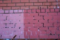 De textuur van de bakstenen muur, in lichtrose en donkere roze en donkere tegels wordt geschilderd die Royalty-vrije Stock Afbeeldingen