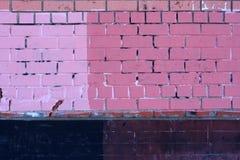 De textuur van de bakstenen muur, in lichtrose en donkere roze en donkere tegels wordt geschilderd die Stock Afbeeldingen