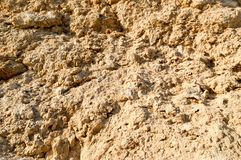 De textuur van bruin scherp gesneden natuurlijk kruimelig kruimelig zandig natuursteen en kopieert de plaats stock afbeeldingen