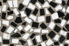 De textuur van de oude muur is verfraaid met mozaïekplakken van c Stock Foto