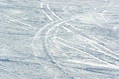 De textuur van de sneeuw met skisporen Stock Foto