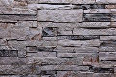 De textuur van de steen grijze donkere muur natuurlijke kleur als achtergrond Stock Afbeeldingen