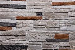 De textuur van de steen grijze oranje muur natuurlijke kleur als achtergrond Stock Foto's