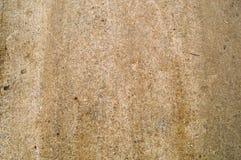 De textuur van dicht tamped bruin zand, aarde met kiezelstenen op een landweg stock fotografie