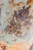 De textuur van het close-updetail van vlokkige roestige bonnet oude auto stock foto