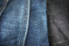 De textuur van het denim De achtergrond van jeans Denimtextuur of denim, met een riem stock afbeelding