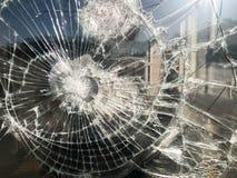 De textuur van het gebroken gebarsten dikke breekbare gebroken scherpe glas, triplex met glanzende kleine fragmenten De achtergro royalty-vrije stock afbeelding