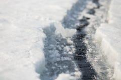 De textuur van het ijs Lange barst baikal Uren en landschap royalty-vrije stock fotografie