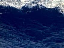 De textuur van het kokende blauwe zeewater met golven, bellen, schuim, plonsen De achtergrond Stock Fotografie