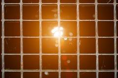 De textuur van het rooster van de zilveren vloer, het licht gaat door het rooster, de achtergrond over van het metaalrooster stock foto's