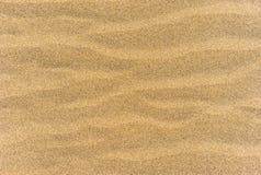 De textuur van het strandzand met golvend oppervlaktepatroon stock foto