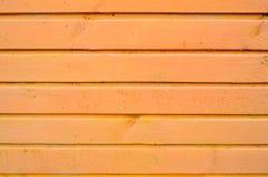 De textuur van houten die raad is geel met naden horizontaal met natuurlijke verf worden geschilderd De achtergrond royalty-vrije stock foto