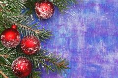 De textuur van houten violette achtergrond met schaaft en krast in de sneeuw Royalty-vrije Stock Foto's