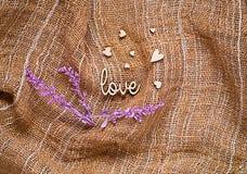 De textuur van jute met harten met ultraviolette decoratie, vakantieconcept en romantische achtergrond Stock Foto