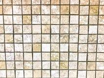 De textuur van de kleine vierkante ceramische bruine decoratieve tegels, mozaïeken met naden voor de badkamers, keuken De achterg stock foto