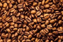 De textuur van de koffie Geroosterde koffiebonen als achtergrondbehang De mooie arabica echte illustratie van de cofeeboon voor o Stock Foto