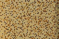 De textuur van de muur, met een mozaïek van diverse kleine vierkante tegels wordt verfraaid die Abstract patroon van keramische t Stock Fotografie