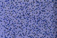 De textuur van de muur, met een mozaïek van diverse kleine vierkante tegels wordt verfraaid die Abstract patroon van keramische t Stock Foto