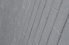 De textuur van de muur van de oude tegel, geschilderde grijs onder de invloed van condensatie Heel wat kleine dalingen en watervl stock afbeelding