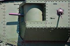 De textuur van de muur van de tank, van metaal wordt en met een massa bouten en klinknagels wordt versterkt gemaakt die die Beeld royalty-vrije stock foto