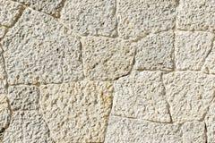 De textuur van oude grijze steenmuur met barsten sluit omhoog stock fotografie