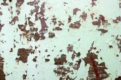 De textuur van roestig twee kleuren roodachtig en groen oud sjofel geoxydeerd metaal, ijzer met bulbted schil en groene verf en p stock fotografie