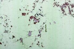 De textuur van roestig twee kleuren roodachtig en groen oud sjofel geoxydeerd metaal, ijzer met bulbted schil en groene verf en p stock afbeeldingen