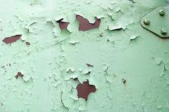 De textuur van roestig twee kleuren roodachtig en groen oud sjofel geoxydeerd metaal, ijzer met bulbted schil en groene verf en p royalty-vrije stock afbeeldingen