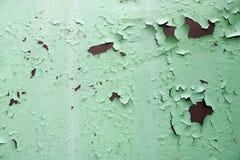 De textuur van roestig twee kleuren roodachtig en groen oud sjofel geoxydeerd metaal, ijzer met bulbted schil en groene verf en p royalty-vrije stock foto's