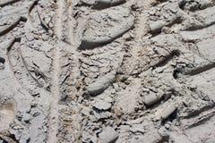De textuur van de sporen van auto's en fietsen op een stoffige zandige weg stock fotografie