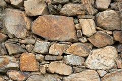 De textuur van de steen Natuurlijke bergsteen in de bos mos-Behandelde stenen in de bosgranietstenen dicht omhoog stock afbeelding