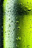 De textuur van waterdalingen op bierfles. Abstracte achtergrond Stock Afbeelding