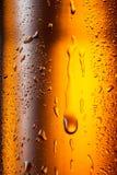 De textuur van waterdalingen op de fles bier. Abstracte achtergrond Royalty-vrije Stock Fotografie