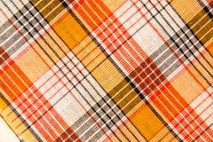 De textuur van witte geruite, oranje, rode, zwarte katoenen stof Royalty-vrije Stock Foto's