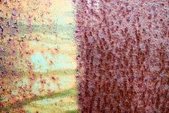 De textuur is verdeeld in de helft van een roestig twee kleuren roodachtig en geelgroen oud sjofel geoxydeerd metaal, ijzer met u stock afbeeldingen