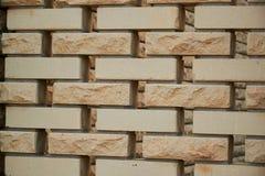De textuurachtergrond van de zandsteenbakstenen muur met gat tussen briks royalty-vrije stock foto