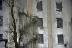 De textuurbouw met vensters Stock Afbeelding