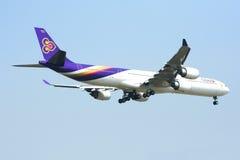 A340-600 de Thaiairway Imagens de Stock