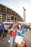De thailändska fansen väntade på fotbollsmatchen Arkivbild