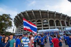 De thailändska fansen väntade på fotbollsmatchen Fotografering för Bildbyråer