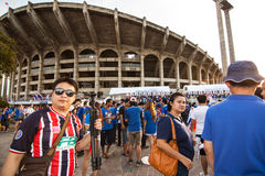 De thailändska fansen väntade på fotbollsmatchen Royaltyfri Foto