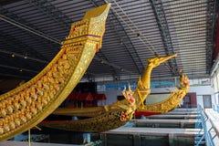 De thailändska kungliga pråm används i kungafamiljen under traditionsreliogiusprocession till den kungliga templet Thailand Royaltyfri Fotografi