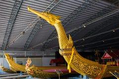 De thailändska kungliga pråm används i kungafamiljen under traditionsreliogiusprocession till den kungliga templet Thailand Royaltyfri Bild