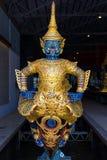 De thailändska kungliga pråm används i kungafamiljen under traditionsreliogiusprocession till den kungliga templet Thailand Fotografering för Bildbyråer