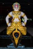 De thailändska kungliga pråm används i kungafamiljen under traditionsreliogiusprocession till den kungliga templet Thailand Royaltyfri Foto