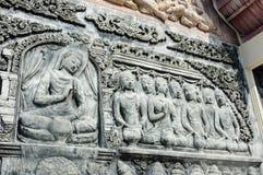 De Thaise antiquiteit van het muurbeeldhouwwerk stock afbeeldingen