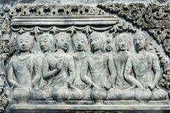 De Thaise antiquiteit van het muurbeeldhouwwerk royalty-vrije stock afbeeldingen