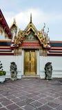 De Thaise architectuur van de deurkunst van Wat Phra Chetupon Vimolmangklararm & x28; Wat Pho & x29; tempel in Thailand Stock Fotografie