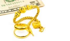 De Thaise armband van stijl gouden juwelen, paar gouden die ring en dollarsrekening op witte achtergrond met exemplaarruimte word Royalty-vrije Stock Foto's